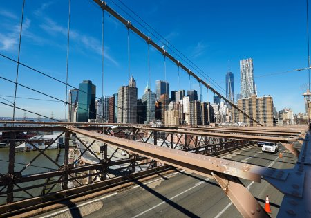Photo pour Vue sur les toits du Lower Manhattan depuis Brooklyn Bridge à New York - image libre de droit
