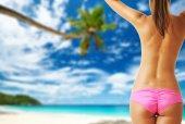 žena na krásné pláži na Seychely