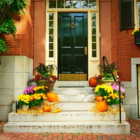 Photo pour Citrouilles près de la porte durant la saison de l'Halloween - image libre de droit