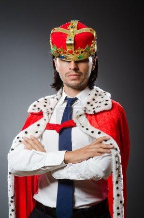 Photo pour Jeune homme d'affaires roi dans le concept royal - image libre de droit