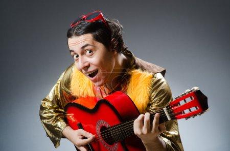 Photo pour Homme à la guitare dans le concept musical - image libre de droit