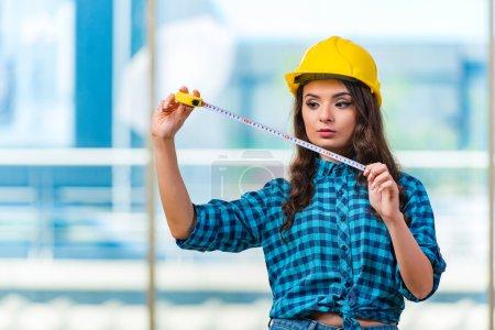 Photo pour Jeune femme faisant des améliorations à domicile - image libre de droit