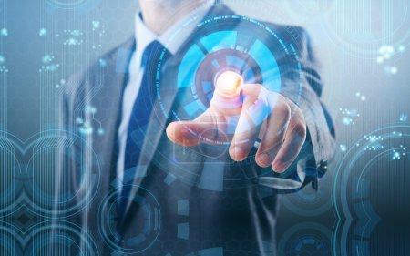 Photo pour Homme d'affaires appuyant sur les boutons virtuels dans le concept futuriste - image libre de droit