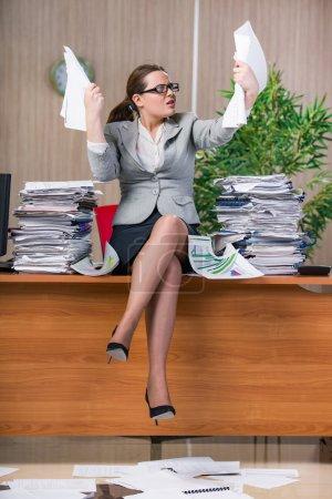 Photo pour Femme d'affaires sous stress travaillant dans le bureau - image libre de droit