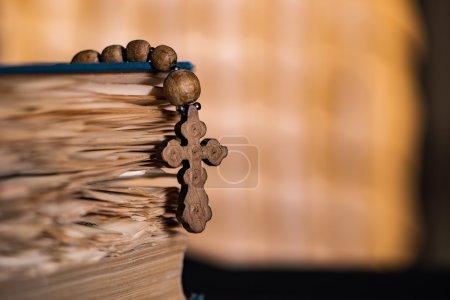 Photo pour Bible et croix en concept religieux - image libre de droit