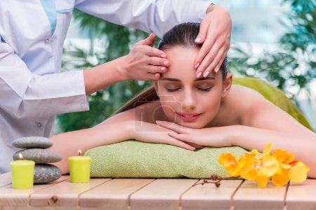 Photo pour Jeune femme pendant la séance de massage - image libre de droit