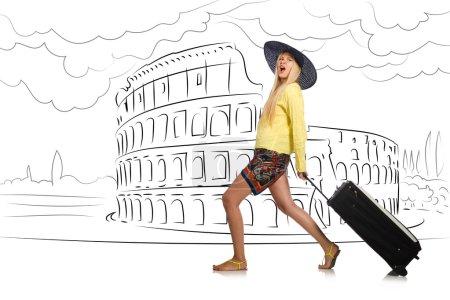 Photo pour Jeune femme voyageant à Rome en Italie - image libre de droit