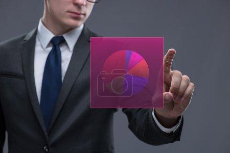 Photo pour Homme d'affaires travaillant avec le graphique dans le concept d'entreprise - image libre de droit