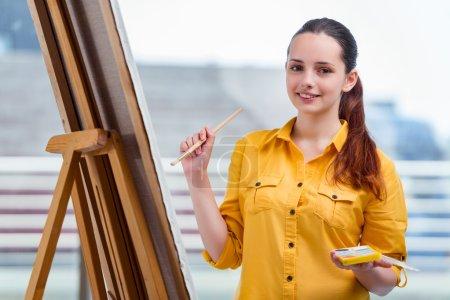 Joven estudiante artista dibujo imágenes en estudio