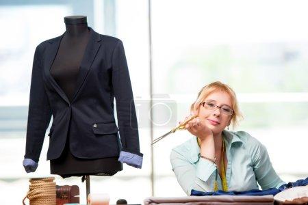 Schneiderin arbeitet an neuer Kleidung