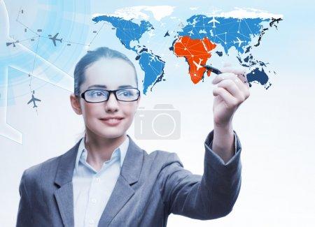 Photo pour Femme d'affaires dans le monde concept de transport - image libre de droit