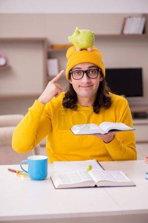 Photo pour Jeune homme étudiant se préparant pour les examens à la maison - image libre de droit