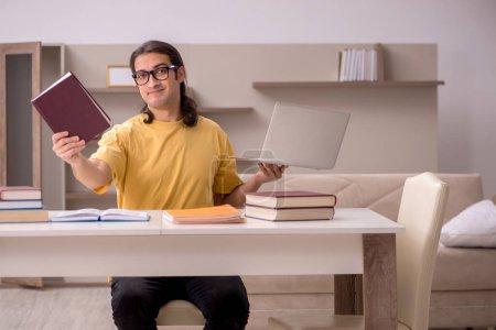 Photo pour Jeune étudiant se préparant aux examens à domicile pendant la pandémie - image libre de droit
