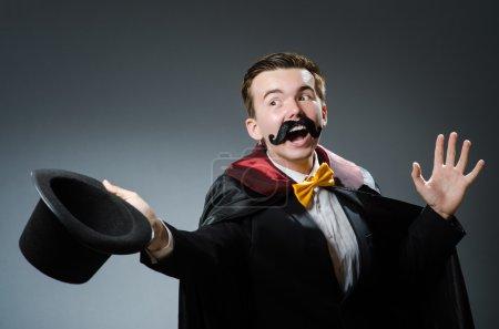 Photo pour Magicien drôle avec baguette et chapeau - image libre de droit