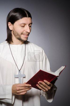 Photo pour Prêtre homme dans le concept religieux - image libre de droit