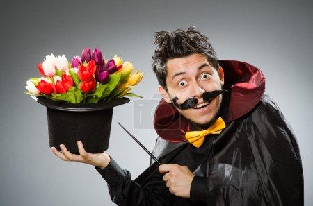 Photo pour Homme magicien drôle avec baguette et chapeau - image libre de droit