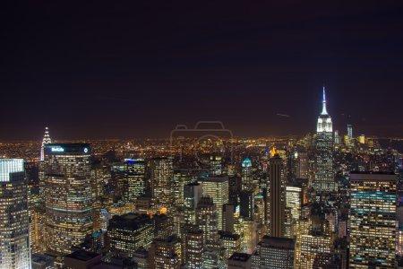 Photo pour Célèbre gratte-ciel de new york dans la nuit - image libre de droit