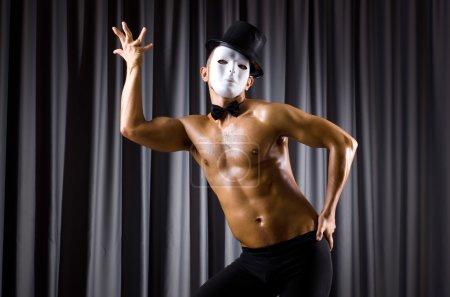 Photo pour Acteur musculaire avec masque théâtral posant - image libre de droit
