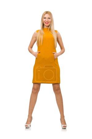 hübsches Mädchen in ockerfarbenem Kleid auf weißem Grund