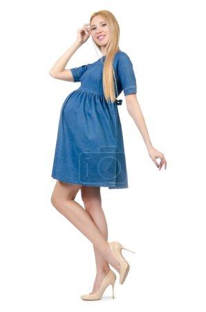 Photo pour Belle femme enceinte en robe bleue isolée sur blanc - image libre de droit