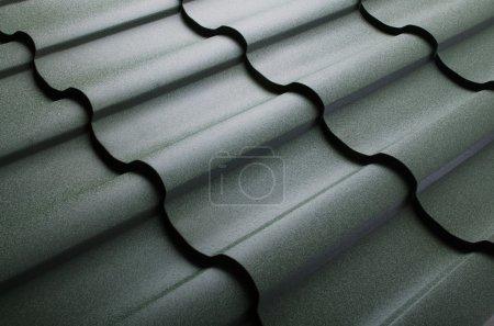 Photo pour Gros plan de la tuile de toit métallique - image libre de droit