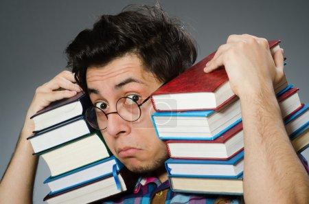 Photo pour Funny étudiant avec beaucoup de livres - image libre de droit