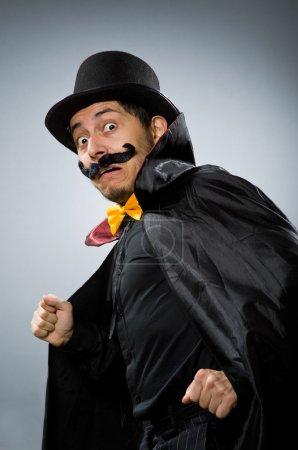 Photo pour Homme drôle magicien portant tophat - image libre de droit