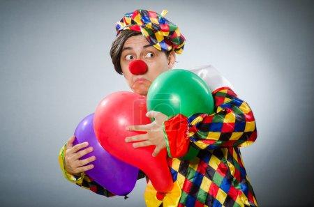 Lustiger Clown im komischen Konzept