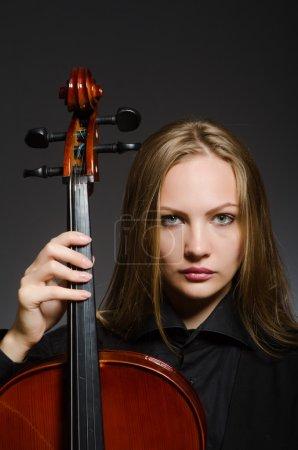 Photo pour Femme joue du violoncelle classique dans le concept de musique - image libre de droit