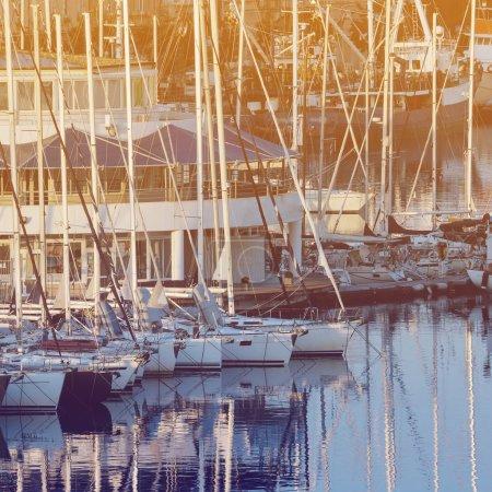 Photo pour Yachts amarrés dans le port sur la mer Adriatique, Pula, Croatie - image libre de droit
