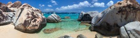 Photo pour Panorama de la plage des thermes attraction touristique majeure à Virgin Gorda, Îles Vierges britanniques avec de l'eau turquoise et d'énormes blocs de granit, parfait pour les bannières - image libre de droit