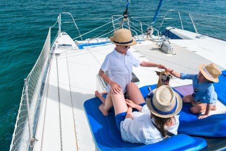 Photo pour Mère et ses enfants se détendre après avoir voile grand temps au bateau yacht ou catamaran de luxe - image libre de droit