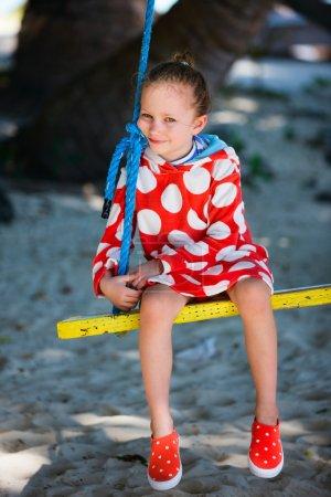 Photo pour Adorable petite fille s'amuser sur swing le jour de l'été - image libre de droit