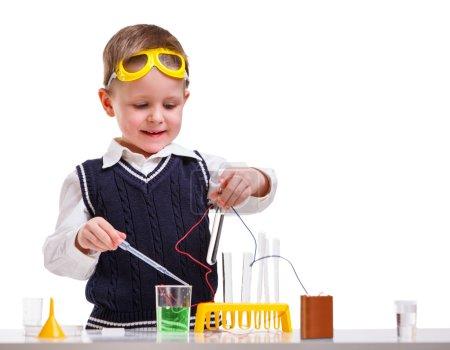Photo pour Jeune garçon effectuant des expériences de chimie avec différents liquides . - image libre de droit
