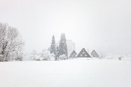Photo pour Village historique japonais Shirakawa-go en hiver, point de repère de voyage du Japon - image libre de droit