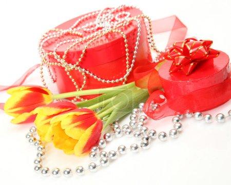 Photo pour Tulipes et cadeau sur blanc - image libre de droit
