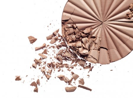 Photo pour Maquillage poudre concassée sur fond blanc - image libre de droit