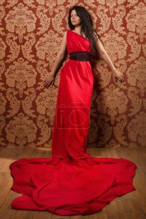 Foto de Moda mujer en un vestido rojo en el interior vintage - Imagen libre de derechos