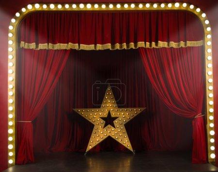 Foto de Escenario de teatro con cortinas rojas y focos. Escena teatral a la luz de reflector - Imagen libre de derechos