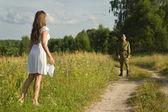 Šťastná dívka setkává voják