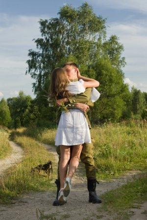 Photo pour La fille embrasse l'armée. Retour du soldat soviétique hom - image libre de droit