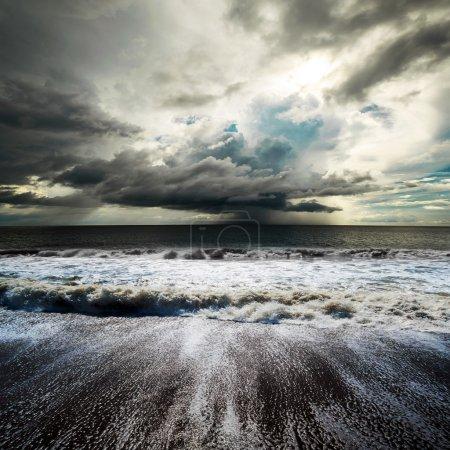 Photo pour Tempête de mer. Cyclone tropical d'ouragan - image libre de droit