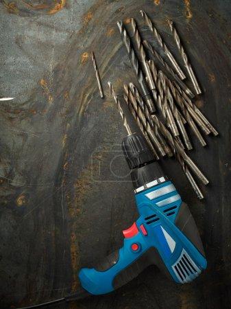 Photo pour Dril et ensemble de forets à mors sur la texture des tôles d'acier - image libre de droit