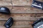 Kazety, přehrávač a sluchátka. Pohled shora