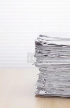 Photo pour Pile de documents papier sur la table de bureau - image libre de droit