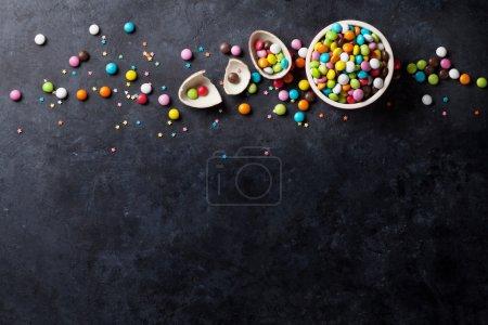 Bonbons colorés sur fond de Pierre