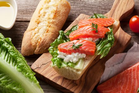 Sandwich with salmon and romaine