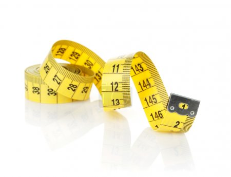 Photo pour Ruban de mesure jaune isolé sur fond blanc - image libre de droit