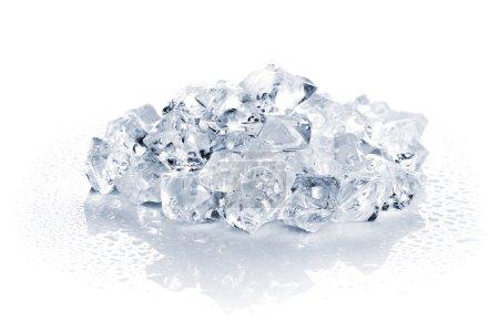 Photo pour Tas de glace concassée sur fond blanc - image libre de droit