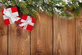 Vánoční dárkové krabičky a sníh jedle